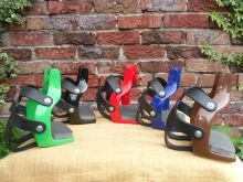 Podium Distanzsteigbügel für schmale Bügelriemen verschiedene Farben mit Korb
